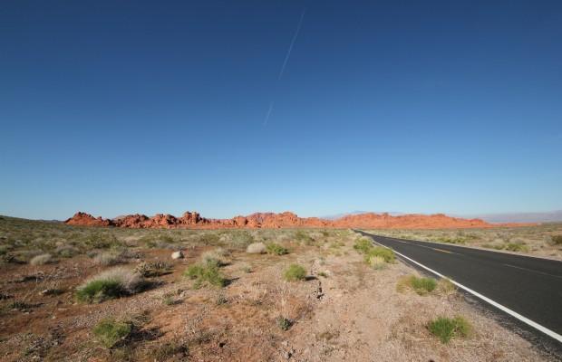 Öde landskap med rak väg i USA